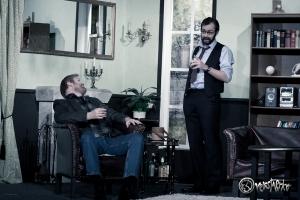 Richard Bellamy (Anton Matheis, rechts) weiht Kriminalinspektor Anderson (Alexander Grimm) in seine finsteren Pläne ein. Foto: Anders Balari