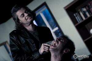 John Crossley (Michael Jäger, links) verlangt die Herausgabe der Beute. Foto: Anders Balari