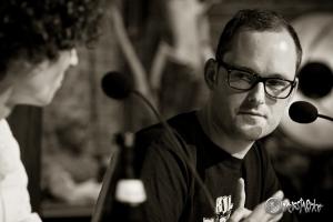 """Jan Brandt beantwortet """"fast"""" alle Fragen gern. Foto: Anders Balari"""