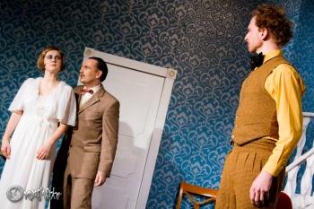 Abermals kann sich Christian Martin (Ulf Albrecht hier mit Wibke Leni und Jens Raygrotzki) geschickt aus der Affäre ziehen. Foto: Anders Balari