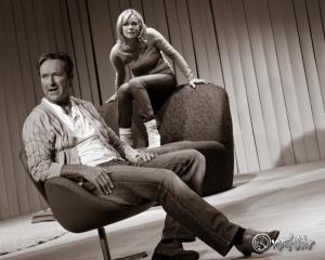 Leo Leike (Helmut Zierl) und Emmi Rothner (Saskia Valencia) im Email-Duell. Photo: Anders Balari