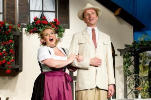 Ob das wirklich Liebe ist? Josepha (Sonja Hebestadt) und Dr. Siedler (Jens Raygrotzki). Foto: Anders Balari