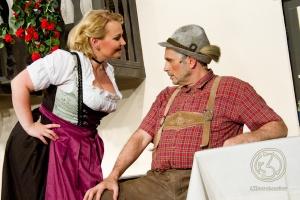 Josepha (Sonja Hebestadt) weiß selbst den griesgrämigen Giesecke (Ulf Albrecht) mit ihrem Charme zu überzeugen. Foto: Anders Balari