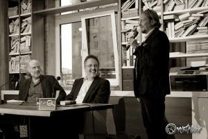Jan Paschen (re.) begrüsst seine Gäste (v. li. Frank Schulz, Rainer Moritz). Foto: Anders Balari