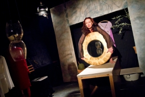 """Dies ist eine der ausdrucksstarken Szenen aus """"Kassandra"""" mit Angelika Landwehr. Foto: Anders Balari"""